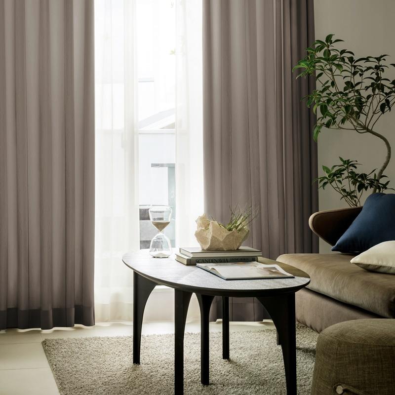 落ち着いた色に細いストライプデザイン。光を通すカーテン【SI プラテーア BR】ブラウン